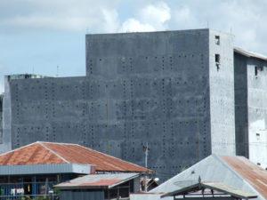 """W tych wielkich betonowych gmachach bez okien, """"hoduje się"""" jaskółcze gniazda."""