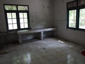 Opuszczone pomieszczenia po wolontariuszach, opiekujących się orangutanami.